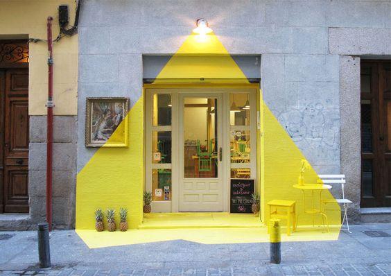 Sơn nhà màu vàng với hiệu ứng ánh điện cho không gian thêm phần ấn tượng