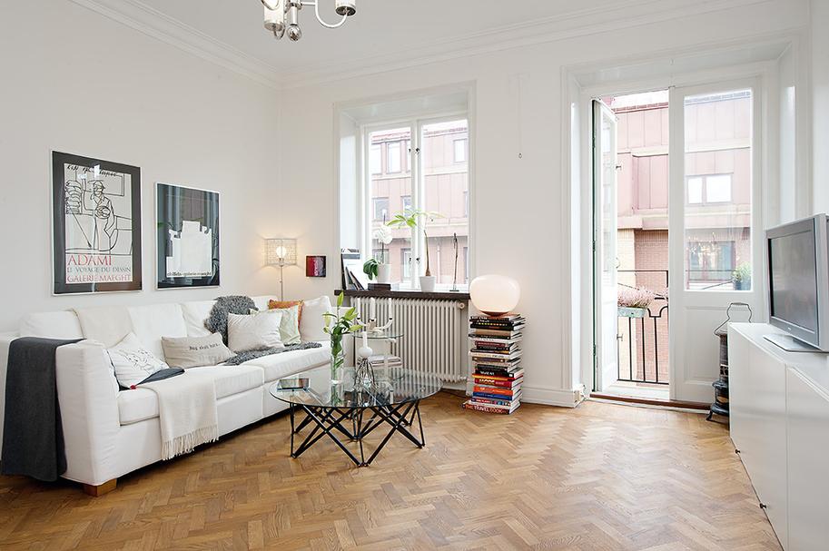 màu trắng sứ và sàn gỗ